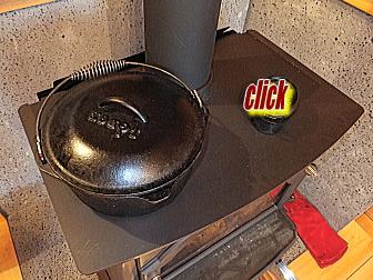 薪ストーブの上でダッチオーブンを