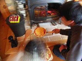 薪ストーブの炉でピザを焼く