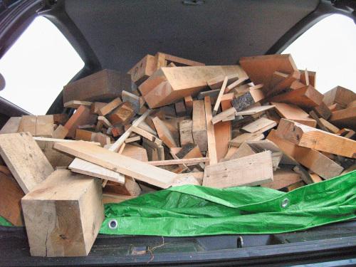 薪ストーブで燃やす為にもらった建築端材